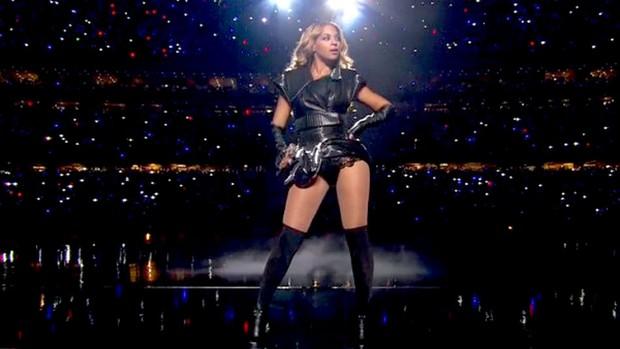 Beyonce no show de intervalo no Super Bowl (Foto: Reprodução / Twitter)