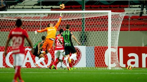 Muriel faz boa defesa contra o América-MG (Foto: Alexandre Lops / Inter, DVG)