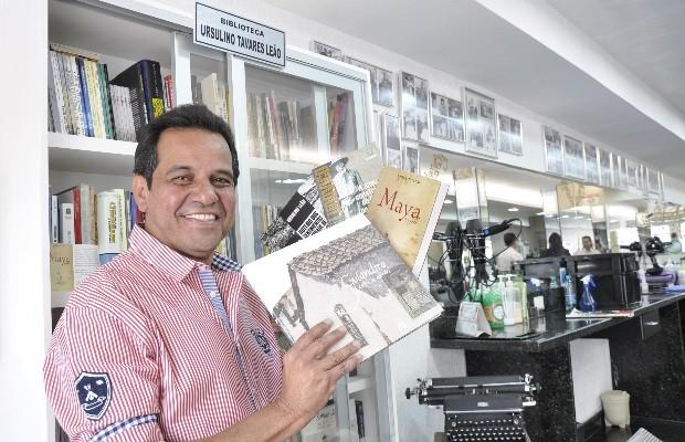 Ruimar Ferreira administra a barbearia que funciona no Setor Oeste, em Goiânia, há quase 37 anos (Foto: Adriano Zago/G1)