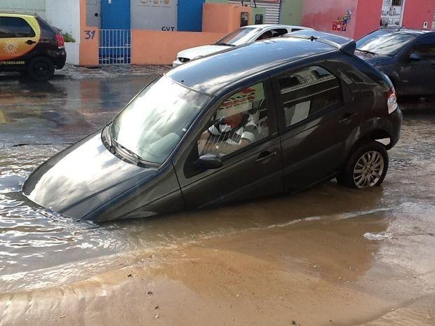 Veículo cai em cratera formada por rompimento de rede de água em Aracaju (Foto: Magna Santana/Arquivo Pessoal)