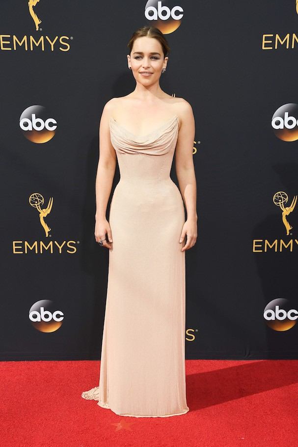 Emilia Clarke de Atelier Versace (Foto: Getty Images)