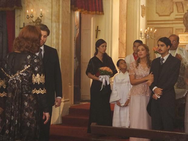 Jonas e Alice se casam em segredo e Carlota chega na hora (Foto: Lado a Lado / TV Globo)