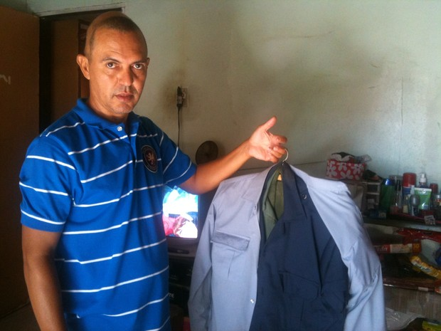 Policial militar da reserva Marques de Souza Rodrigues, vítima do césio-137, mostra uniforme da formatura em Goiás (Foto: Versanna Carvalho/G1)