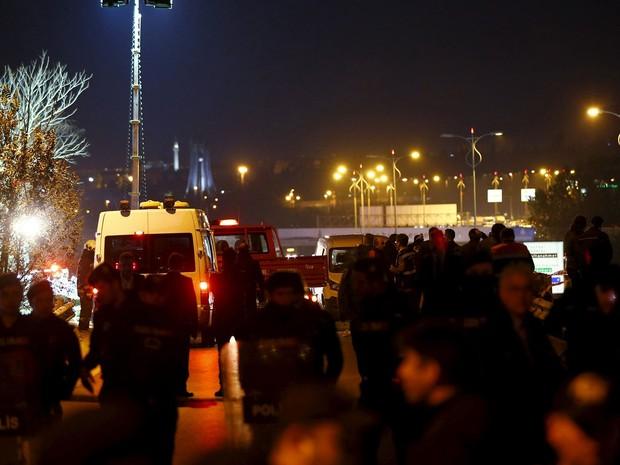 Polícia isola local de explosão perto de estação de metrô em Istambul, na Turquia (Foto: Osman Orsal/Reuters)