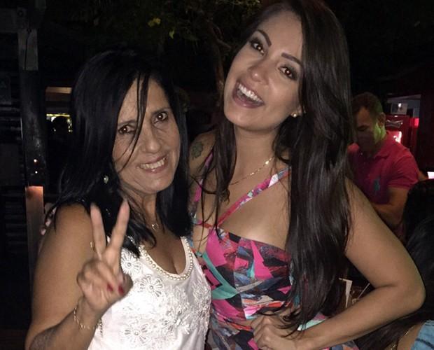 Tata Moreno faz foto com a mãe em uma de suas saídas (Foto: Arquivo Pessoal)