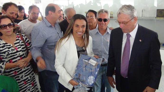 Marta mostra camisa do CSA, recebida das mãos do presidente Roberto Mendes (Foto: Denison Roma / GloboEsporte.com)
