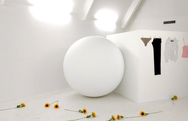 Primeira exposição do projeto, com a geometria da moda de Jacquemus em sala do Museu de Arte Contemporânea de Marselha (Foto: Guga Santos)