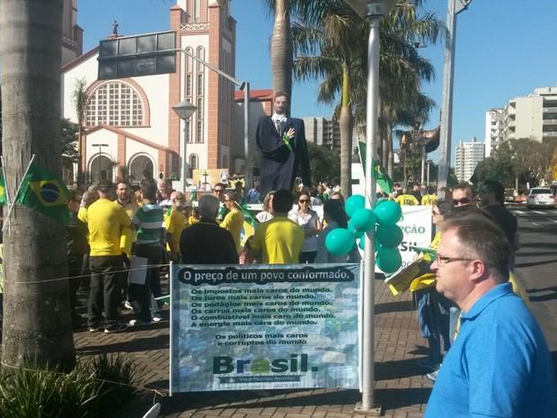 Cerca de 50 pessoas protestaram contra a corrupção em Chapecó (Foto: Eveline Poncio/RBS TV)