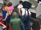 Carmo Dalla Vecchia deixa cueca à mostra durante check-in em aeroporto