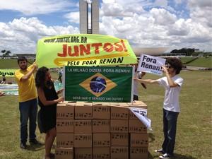 Manifestantes protestam contra Renan Calheiros em frente ao Congresso (Foto: Felipe Néri/ G1)