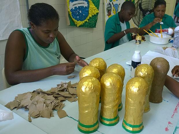 Alunos da Apae montam réplicas da taça da Copa do Mundo (Foto: Henrique Mendes / G1)