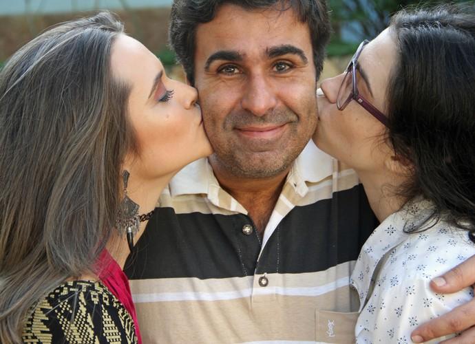 Orã Figueiredo recebe carinho das filhas da ficção Juliana Paiva e Olívia Torres (Foto: TV Globo)