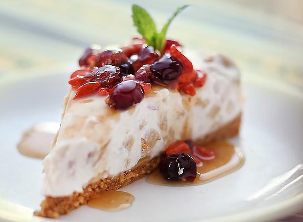 Cheesecake de maçã com iogurte e calda de goji berry e groselha fresca