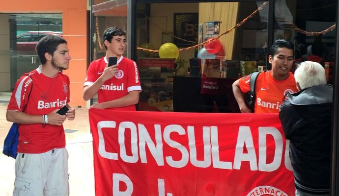 Cônsul coliviano do Inter na chegada dos jogadores em La Paz  (Foto: Diego Guichard)