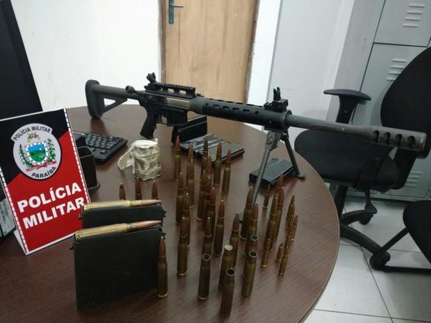 Fuzil calibre ponto 50, que derruba aeronaves e de uso exclusivo das Forças Armadas, foi apreendido pela Polícia Militar da Paraíba (Foto: Capitã Luciana Firme/Polícia Militar)