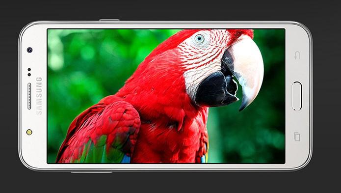 Galaxy J5 é um smartphone intermediário com tela em HD (Foto: Divulgação/Samsung)