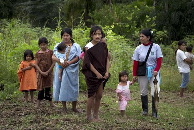 Índios ashaninka que vivem do lado peruano da Amazônia sofrem com pressões feitas por desmatadores (Foto: Martin Mejia/AP)