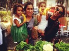 Bia Antony leva as filhas para feira