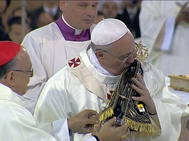 Papa Francisco beijou a imagem de Nossa Senhora Aparecida (Foto: Reprodução EPTV)