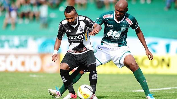 Chiquinho e Leandro Souza disputam lance no dérbi (Foto: Marcos Ribolli/ Globoesporte.com)