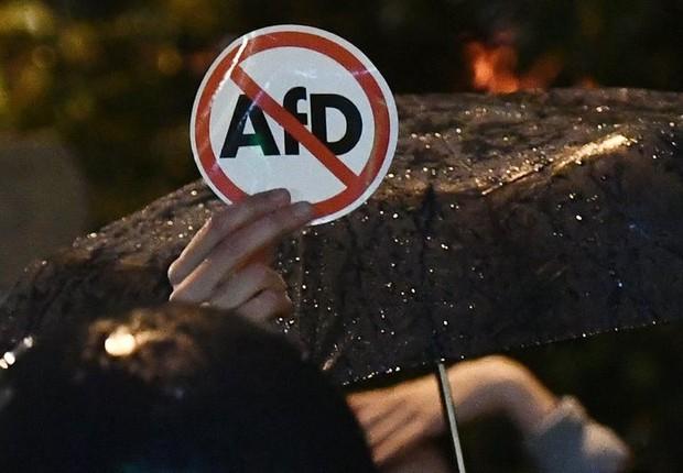 Pessoas protestaram contra o partido da Alternative for Germany (AfD) perto de um clube noturno onde o partido populista de direita AfD realizava seu evento eleitoral em Berlim, Alemanha (Foto:  EFE/EPA/CHRISTIAN BRUNA)