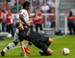 Kevin Constant e Edin Dzeko, Manchester City x Milan (Foto: Reuters)