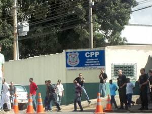 Beneficiados pelo 'Saidão' na frente do Centro de Progressão Penitenciária (Foto: Felipe Matoso/G1)