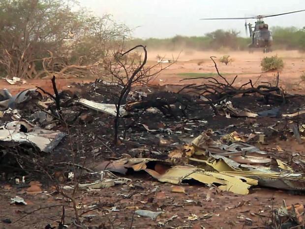 Destroços do avião da Air Algérie que caiu no Mali (Foto: ECPAD/AP)