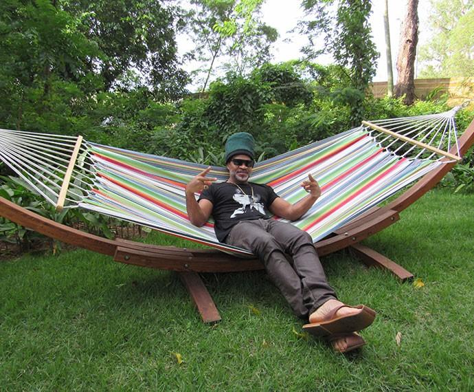 Carlinhos Brown relkaxa na rede do É de Casa (Foto: Viviane Figueiredo Neto/Gshow)