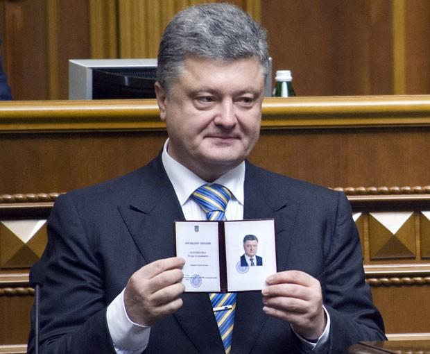 O novo presidente da Ucrânia, Petro Poroshenko, mostra sua credencial presidencial após sua posse neste sábado (7) (Foto: Presidential Press-Service /Anastasiya Syrotkyna /AFP)