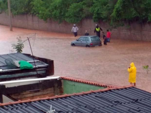 Chuva deixou rua inundada próximo ao zoológico de Varginha (Foto: Reprodução Whatsapp)