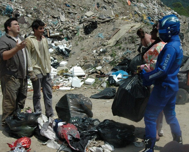E olha ele de novo! Não é que o Vídeo Boy também foi para no lixão com Bruno, André e Adelaide (Foto: Bruno Giannotti/Vídeo Show)