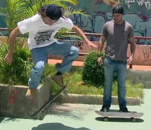 Bruno Montaleone faz um 'ollie' com o skate (Foto: TV Globo)