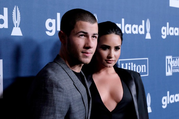 Nick Jonas e Demi Lovato cantando Bee Gees: queremos! (Foto: Getty Images)