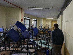 Na Padre Reus, estudantes montaram barricadas em entrada de prédio (Foto: Hygino Vasconcellos/G1)