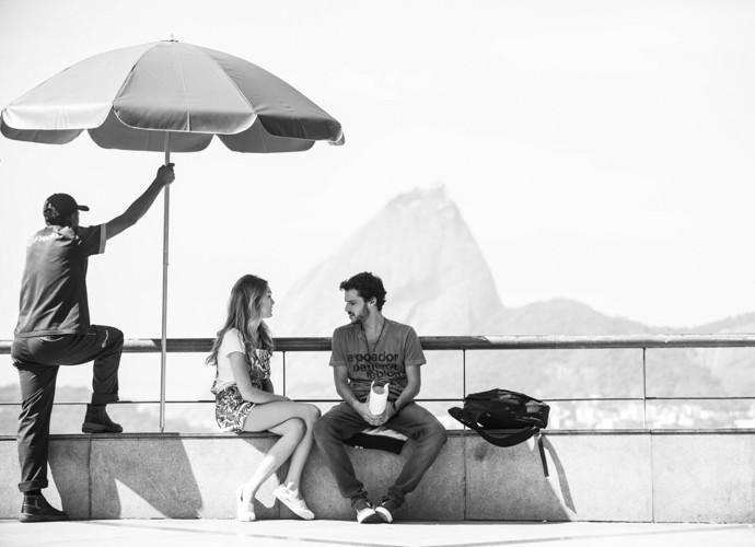 Isabelle e Jayme passam o texto com a paisagem do Rio ao fundo (Foto: Raphael Dias/Gshow)