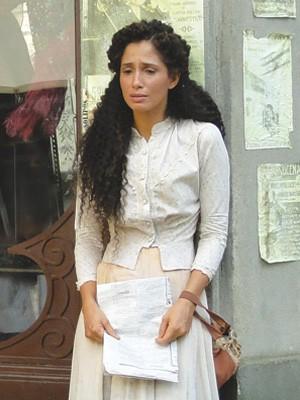 Isabel sofre (Foto: Lado a Lado/TV Globo)