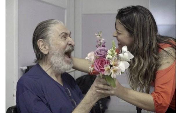 Fabi doa flores em asilo no Rio (Foto: Divulgação)