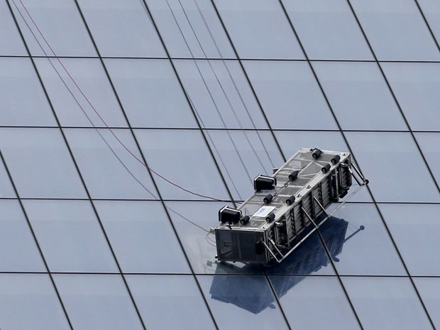 Andaime pendurado na altura do 68º andar do One World Trade Center, em Nova York (Foto: AP/Kathy Willens)
