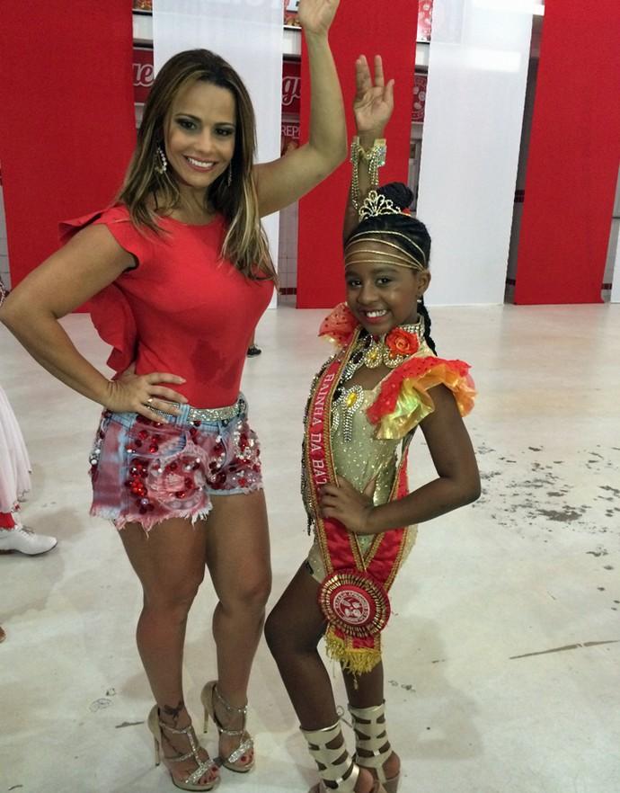 Viviane Araújo samba com rainha de bateria mirim e revela vontade de ser mãe logo (Foto: Nathália Gomes / Gshow)
