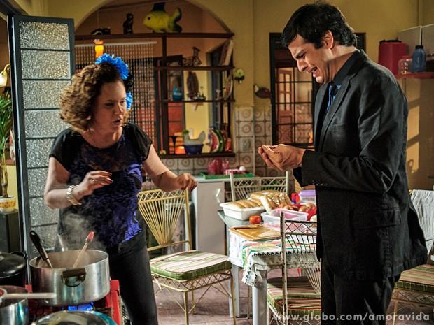 Márcia tenta acudir Félix, que berra com os dedos queimados (Foto: Alex Carvalho / TV Globo)