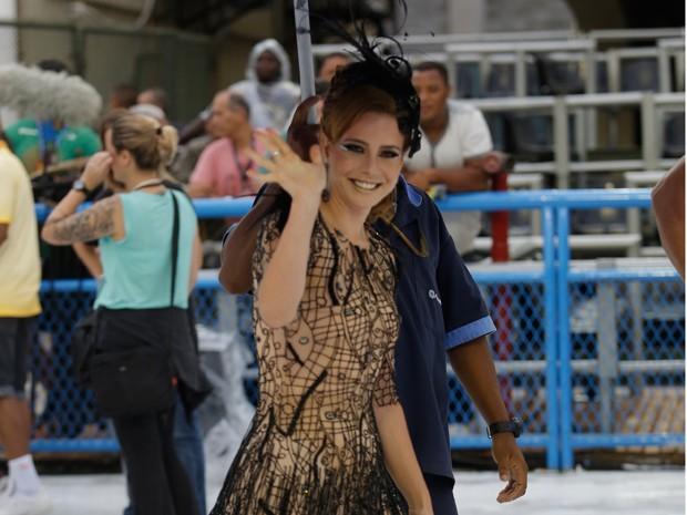 Leandra Leal acena nos bastidores das gravações (Foto: Artur Meninea/Gshow)