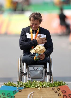 Descrição da imagem: o choro emocionado de Zanardi (Foto: Andrew Matthews/PA via AP)