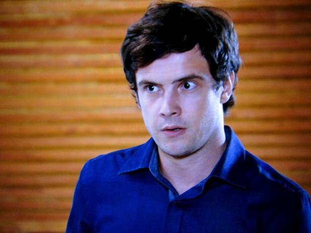 Caíque ouve tudo o que a mãe diz sobre o irmão (Foto: TV Globo)