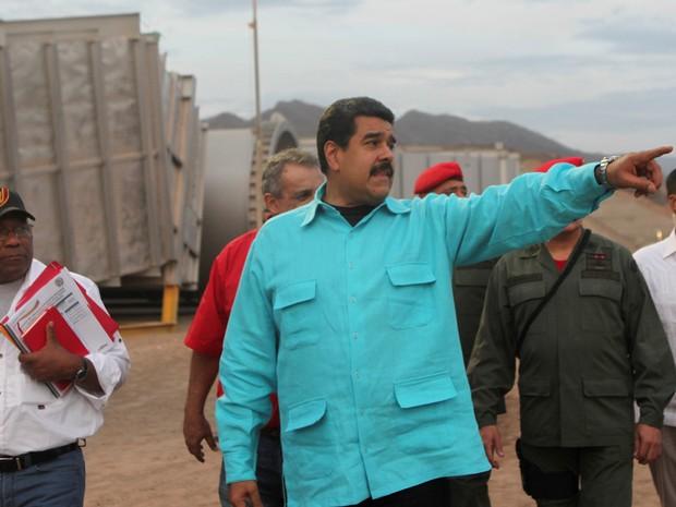 Presidente venezuelano, Nicolas Maduro, inspecionou na quinta-feira (28) instalações da companhia de petróleo PDVSA (Foto: Miraflores Palace via Reuters)