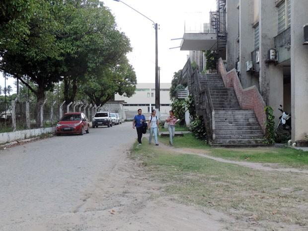 Alunos estão com medo de ir à universidade e já não andam mais sozinhos pela universidade. Eles esperam os amigos saírem da aula para não ficarem sozinhos nas paradas de ônibus (Foto: Marina Barbosa / G1)