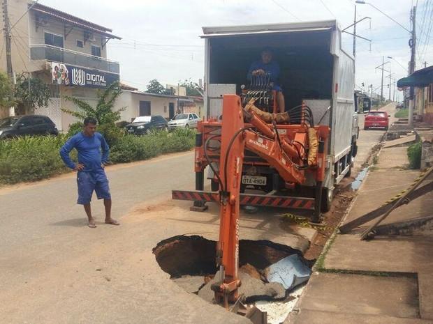 Parte do asfalto cedeu depois que um cano da Cosanpa se rompeu.  (Foto: Prefeitura Municipal de Santarém/Ádrio Denner)