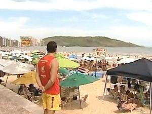 'Se acontecer 2  afogamentos, só vou poder salvar uma pessoa e a outra vai morrer', disse o salva-vidas Jean Bastos, espírito santo (Foto: Reprodução/TV Gazeta)