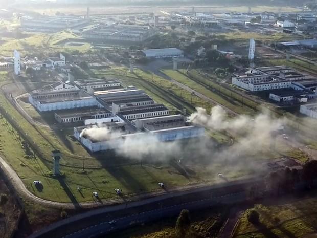 Imagem aérea mostra fumaça em uma das alas do Complexo Penitenciário Campinas-Hortolândia (Foto: Reprodução EPTV)