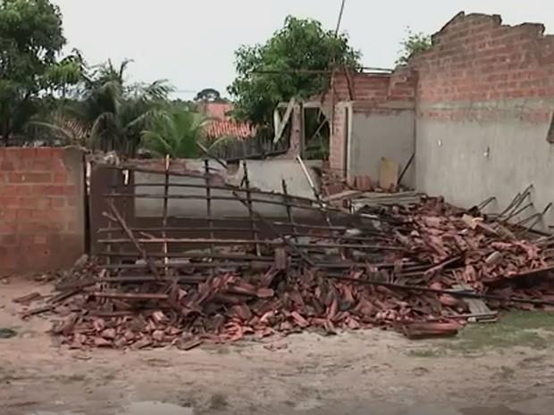Residência onde crianças foram eletrocutadas foi destruída por moradores em Bacabal (Foto: Reprodução/TV Mirante)